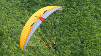Starting a paraglider in the forest